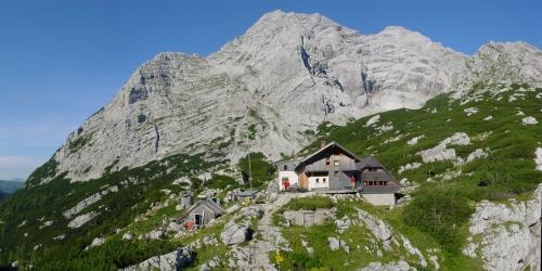 Das Hochtor im Gesäuse von Osten, im Vordergrund die Hesshütte